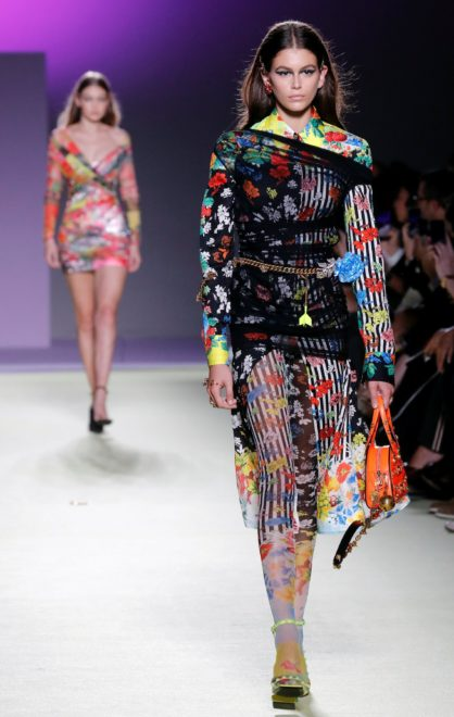 Versace'nin geçtiğimiz günlerde Milano Moda Haftası kapsamında yapılan defilesinde Kaia Gerber de podyuma çıkmıştı.