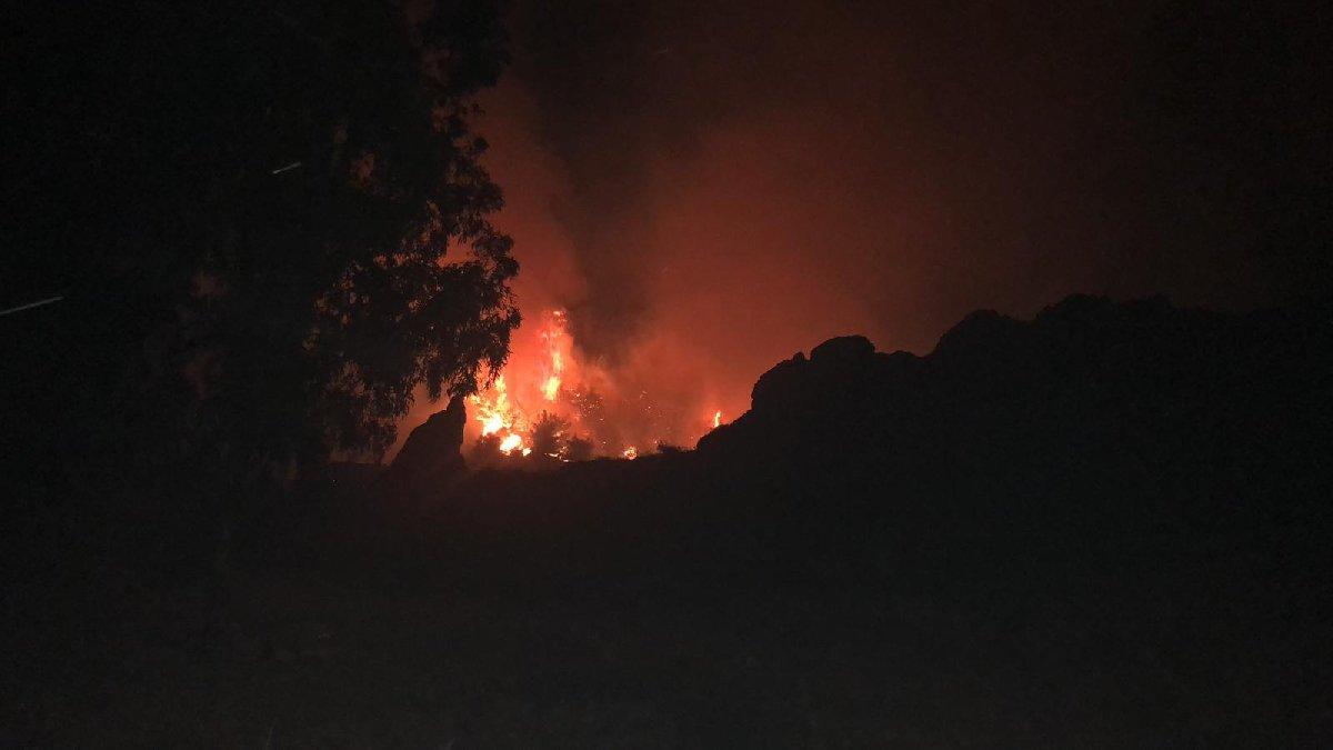 Yangının İzmir'in Karşıyaka ilçesinden görülebildiği bildirildi. DHA