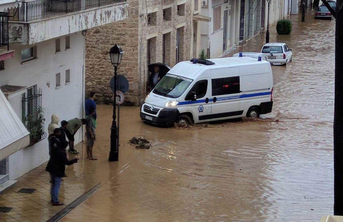 Kent merkezleri sular altında kaldı.