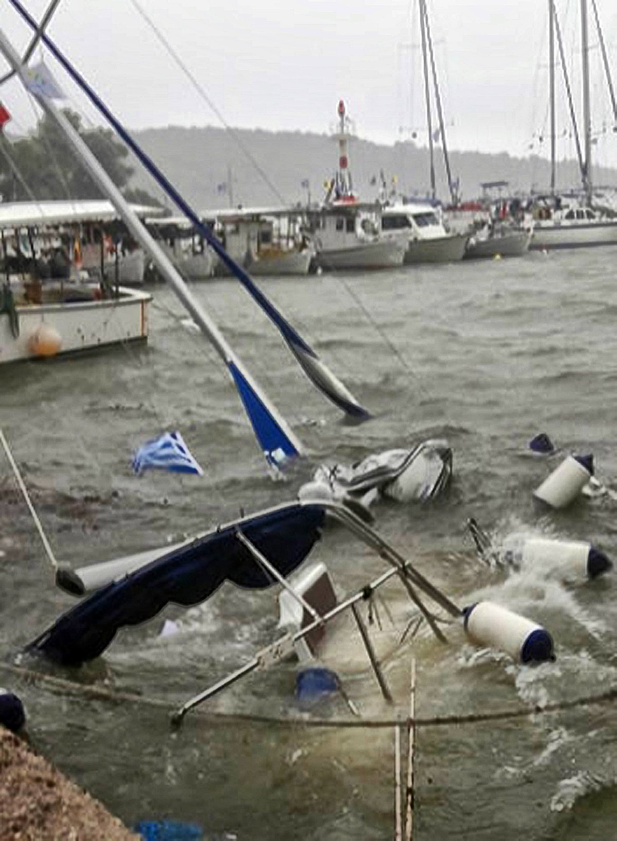 Şiddetli fırtına deniz ulaşımını olumsuz etkilerken çok sayıda tekne battı.