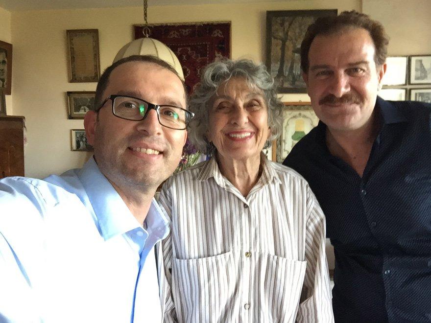 Yönetmen Cengiz Özkarabekir (solda), Gülümser Yücel ve oyuncu Mehmet Tokat ile birlikte...