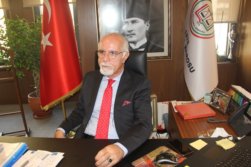 """MÜCADELEYİ YÜKSELTMELİYİZ İstanbul Barosu Başkanı Mehmet Durakoğlu, """"Rejim değiştirmiş, yargıyı kuşatmış bir iktidarın avukatlar için bir şeyler yapabileceğini düşünmek naif bir algıdır. Mücadeleyi yükseltmek zorundayız"""" dedi."""