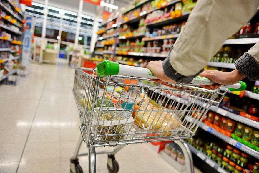 ÜFE'DEKİ ARTIŞ TÜFE'NİN İKİ KATI Ekonomistlere göre üretici ve tüketici fiyatları arasındaki büyük fark yeni zamların göstergesi. Uğur Gürses, üreticilerin ÜFE'deki yıllık yüzde 46.2 olan artışı yansıtmak zorunda kalacaklarını söyledi.