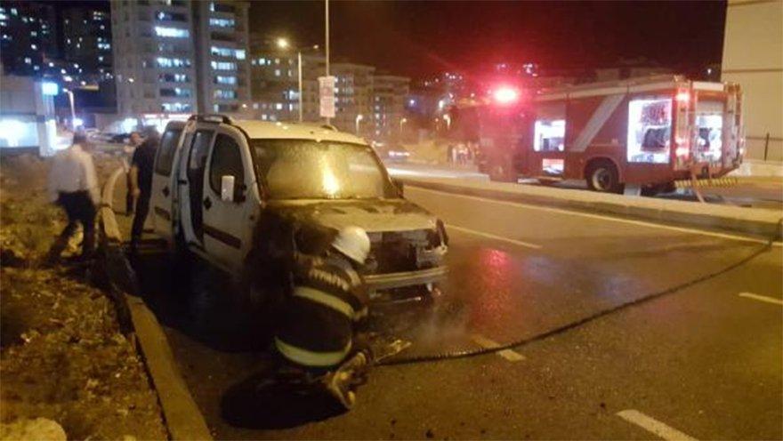 FOTO: DHA - Park halindeki hafif ticari araç yandı