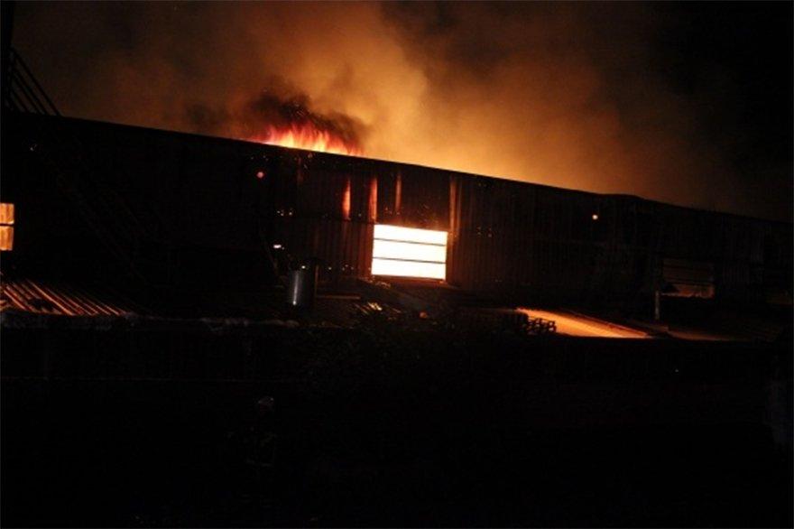 FOTO: İHA- Hatay`da bir narenciye fabrikası çıkan yangında kullanılamaz hale geldi.