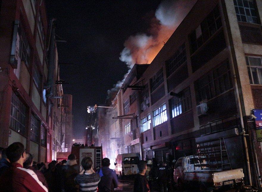 FOTO: İHA- İstanbul'da iş merkezinde korkutan yangın