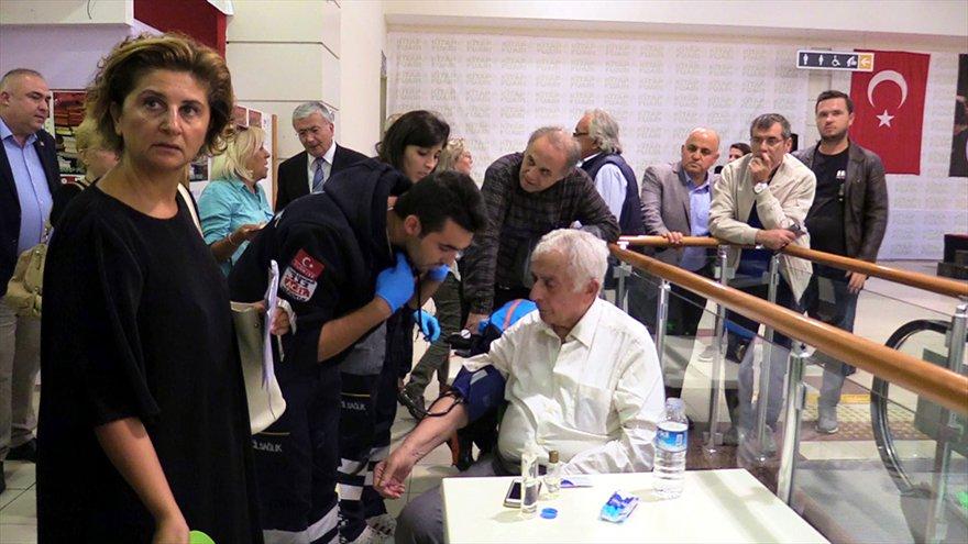 FOTO: AA- Edirne 6. Kitap Fuarı'nda rahatsızlanan eski bakanlardan Ali Topuz, hastaneye kaldırıldı.