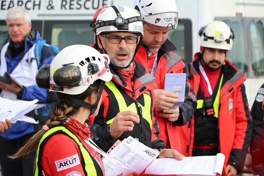 YARDIMA KOŞUYORLAR AKUT, Türkiye'deki afetlerde bir yerden çağrı beklemeden işe koyuluyor. Uluslararası afetlerde ise yardım çağrısı yapılmış olması gerekiyor. Güvenlik güçleri ve AFAD ile birlikte çalışıyorlar.