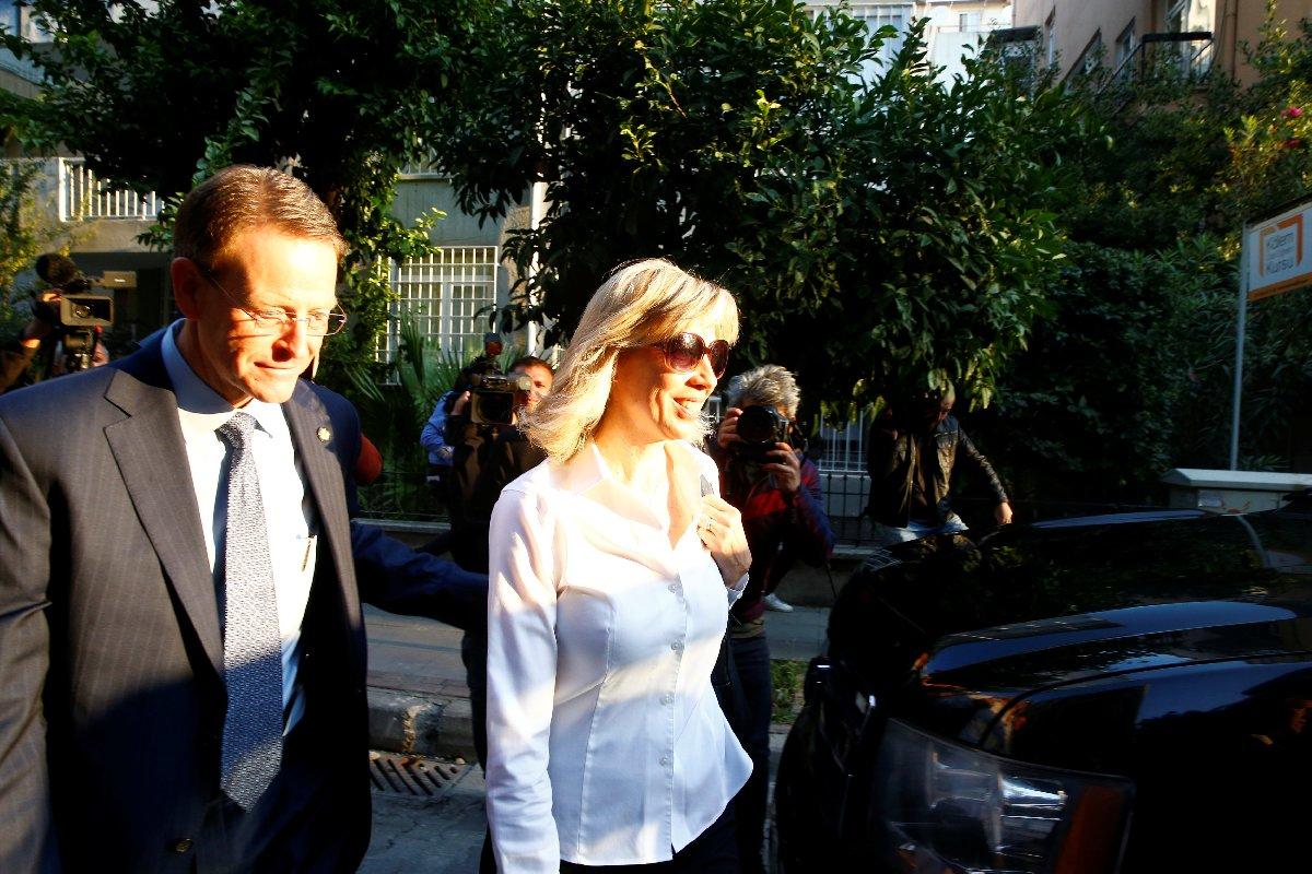FOTO: Reuters / Rahip Brunson'un eşi Norine Brunson evden çıkıp adliyeye giderken gazetecilere böyle gülümsedi.