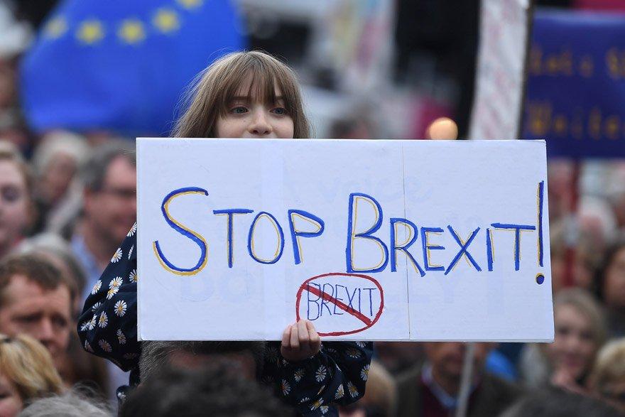 Genç yaşlı birçok İngiliz sokaklara döküldü. Reuters