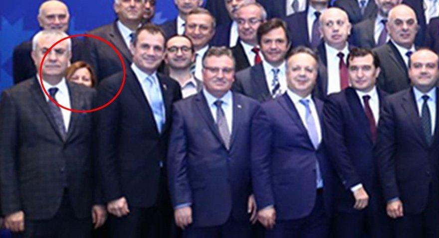 3 Ocak 2018 tarihinde gündem olan o fotoğraf. Toplantıda tek kadın olarak Şişecam Düzcam Pazarlama ve Satıştan Sorumlu Başkan Yardımcısı Ebru Şapoğlu yer alıyordu. .