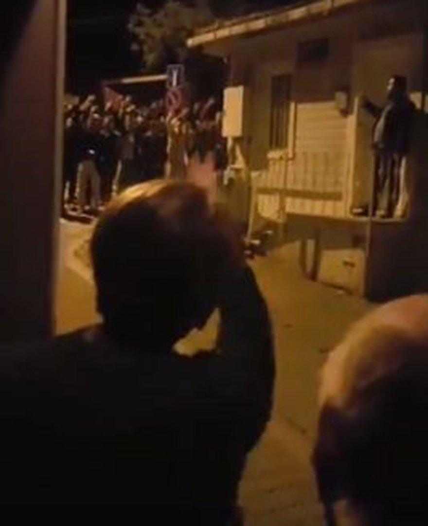 Meral Akşener, evinin önündeki gruba böyle tepki göstermişti.