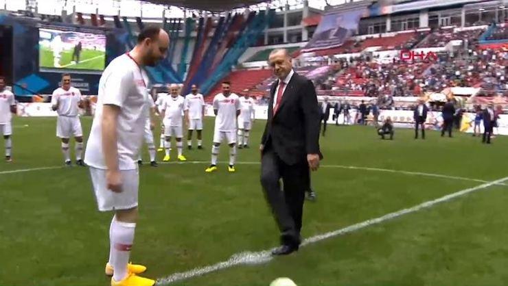 Cumhurbaşkanı Erdoğan, konuşmasının ardından sahaya inerek Diyarbakır Stadyumu'nda oynanacak 'ünlüler karması' maçının başlama vuruşunu yaptı.