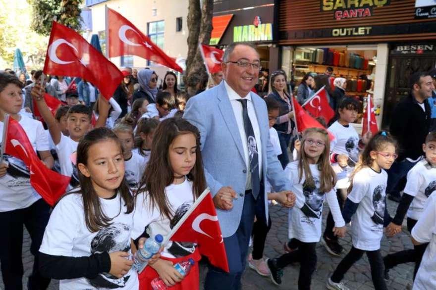 Çocuklara Yalova Belediye Başkanı Vefa Salman eşlik etti
