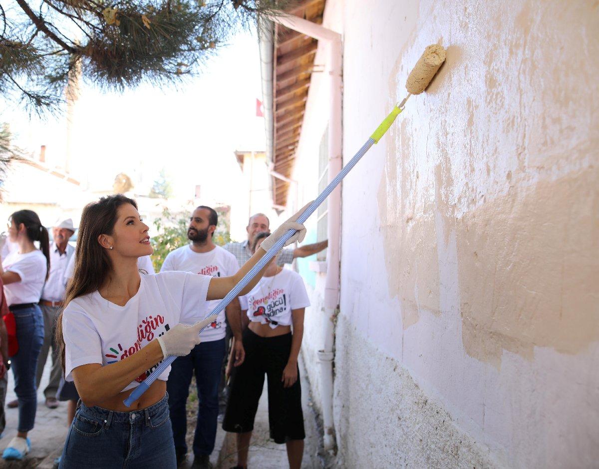 Amanda, okul duvarlarını da boyadı...