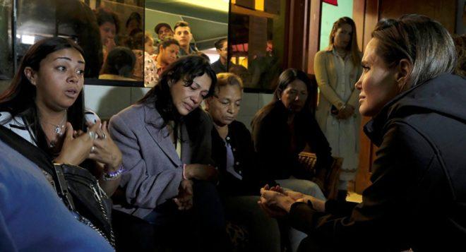 Jolie, Peru'nun başkenti Lima'ya yaptığı üç günlük ziyaret sırasında göçmenlerin kaldığı kamplara gitmişti.