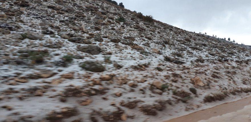 Dolu ve kar yağışı görenleri şaşırttı. İHA
