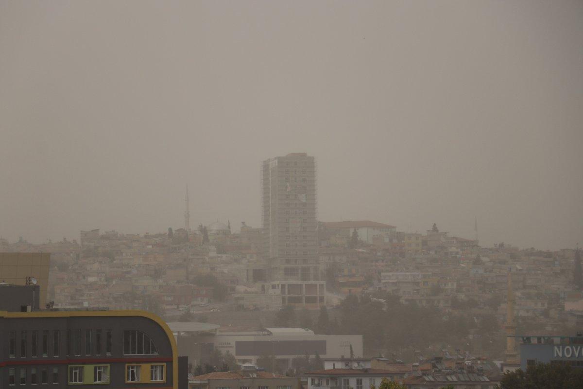 Şehir toz nedeniyle griye büründü. İHA