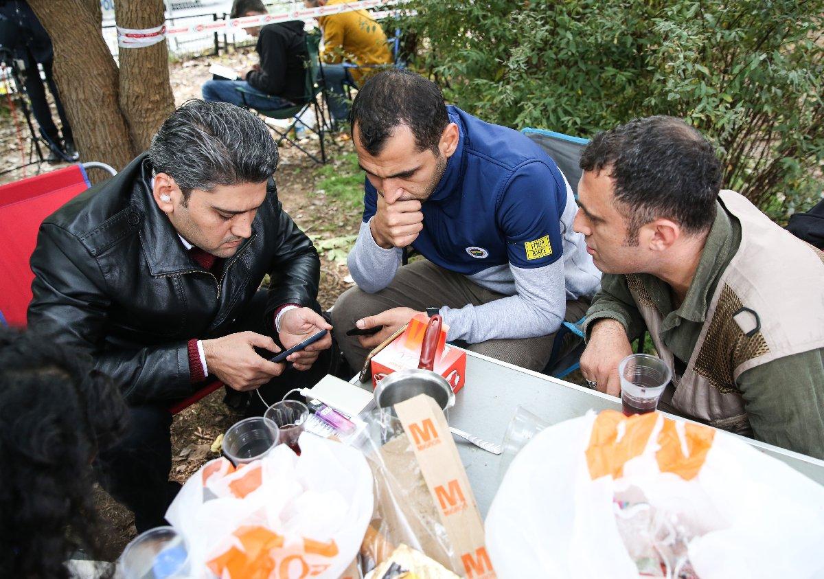 Dünyanın farklı noktalarından İstanbul'a gelen basın mensupları canlı yayını akıllı telefon ve tabletlerinden izledi.