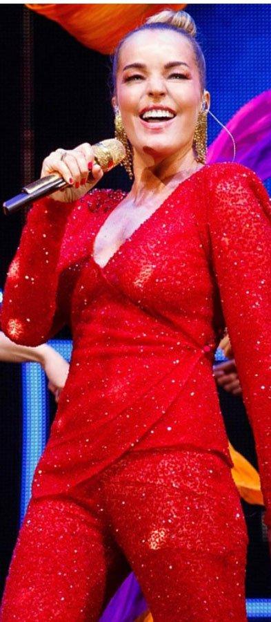 Aynı kıyafeti bir konserinde Bengü de giymişti...