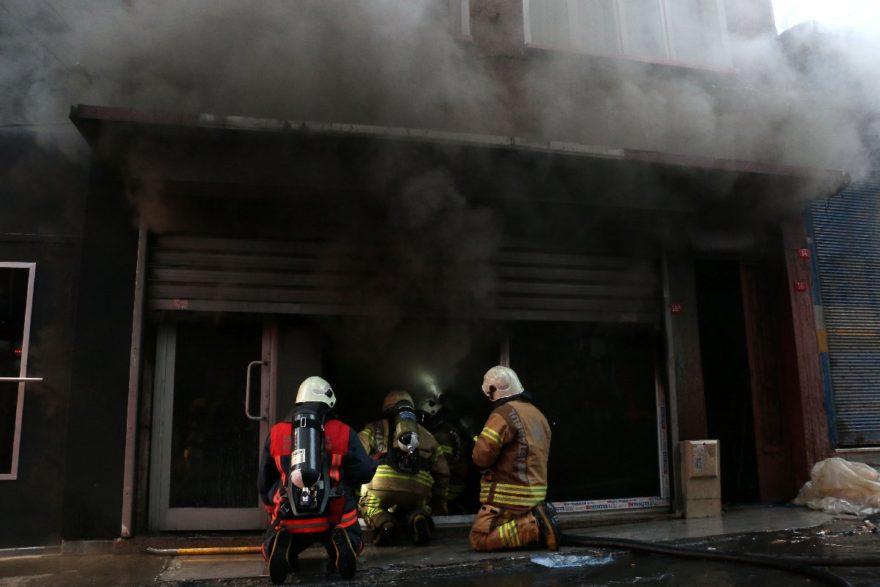 İtfaiye ekipleri yangını söndürdü. DHA