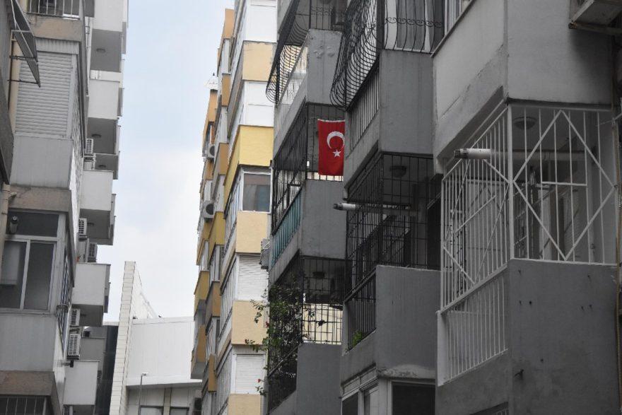Brunsonların evden ayrılmasından sonra balkondaki Türk bayrağının yerinde durması dikkatlerden kaçmadı. DHA