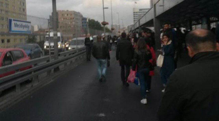 Kaza nedeniyle seferlerin durdurulmasından dolayı vatandaşlar gidecekleri yere doğru yürümeye başladı. FOTO: SÖZCÜ