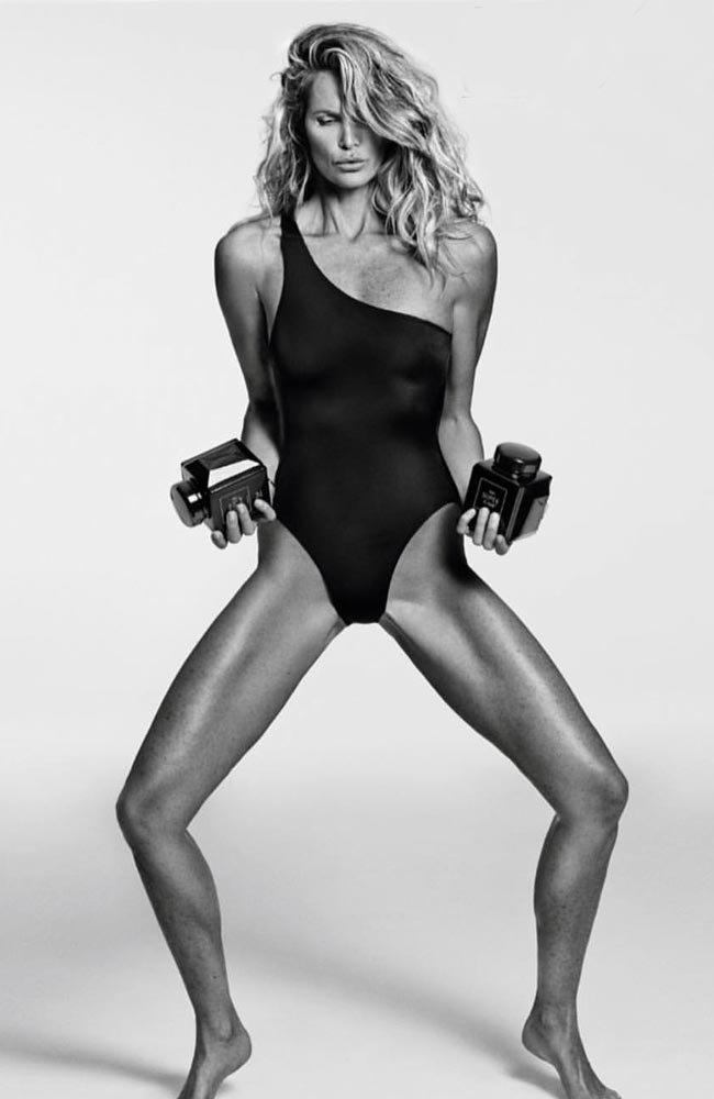 Elle Macpherson, Vogue Paris için çok özel pozlar vermişti...