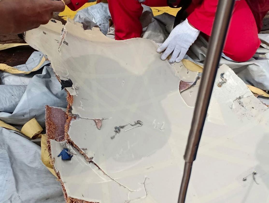 Üst düzey Endonezyalı yetkililer denize düşen uçağın bulunduğu bölgede arama kurtarma çalışmalarına devam ediyor. Yetkililer uçağın enkaz parçalarına ulaştı.