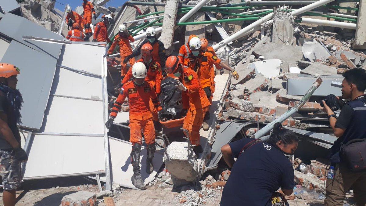 Endonezya'da felaket sonrasında arama kurtarma çalışmalarına hız verildi.