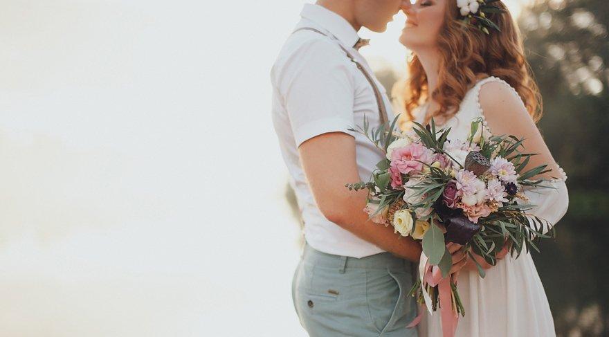 - Bu Retro aslında bizlere biraz mütevazı olmayı öğretecektir. Eğer düğün yapacaksanız da aşırı gösterişli olmamasına dikkat edin, maddi anlamda çok açılmayın. İhtiyacınız olandan fazlasını harcamayın mesela. Ya da yapacağınız düğünde toplayacağınız hasılatı düşünerek yapmayın, umduğunuzu bulamayabilirsiniz.