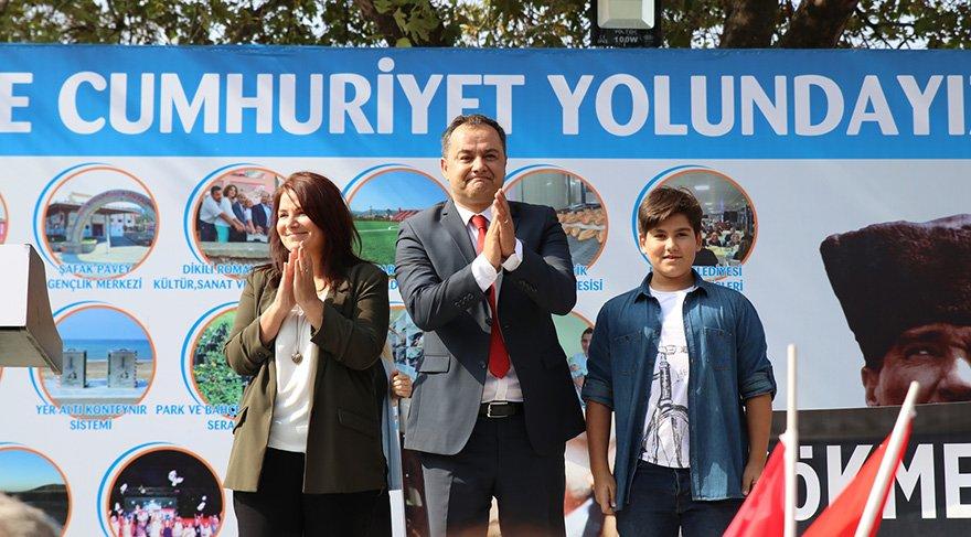 Kürsüye eşi ve oğluyla birlikte çıkan Ulu sloganlarla karşılandı. Foto: Sözcü