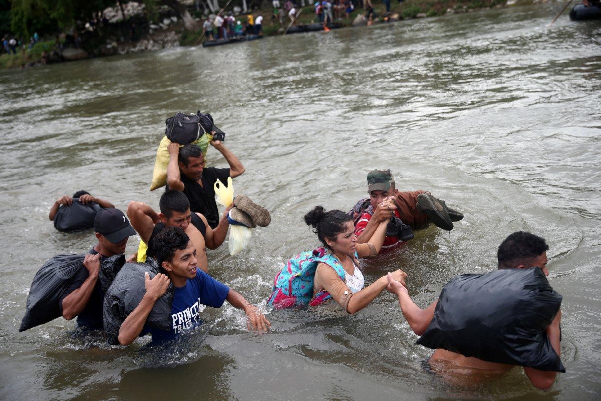Çok sayıda Guatemalalı sınır devriyesinden kaçmak için nehre atladı.