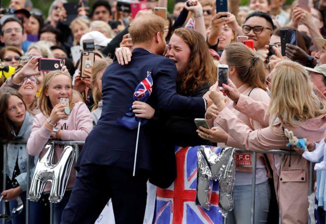 Harry genç kıza böyle sarıldı.