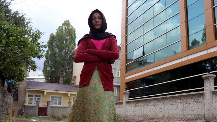 2 metrelik genç kız hastalığından kurtulmak istiyor