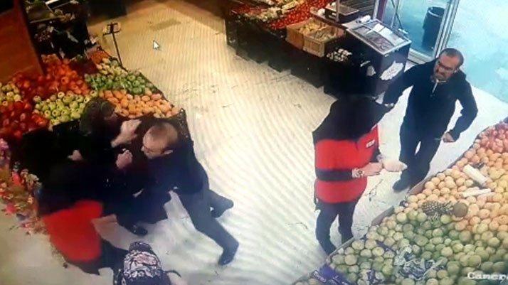 Markette kan donduran görüntü! Herkesin önünde bıçakladı