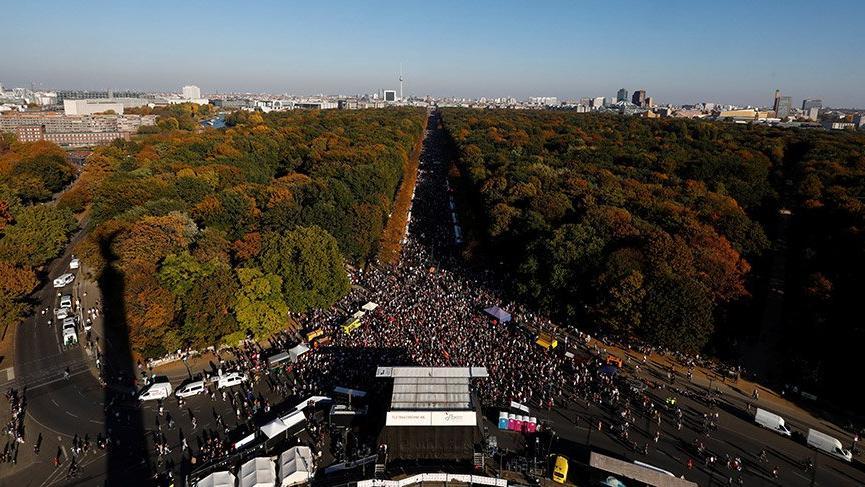 Almanya'da binlerce insan sokaklara indi