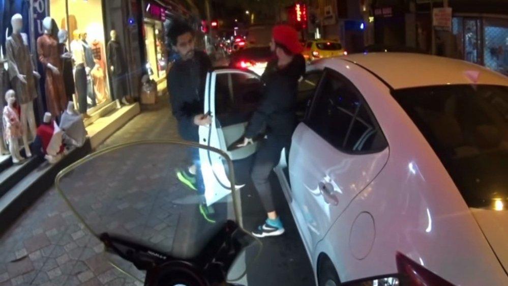 Yabancı iki genç trafikte yumruk yumruğa kavga etti