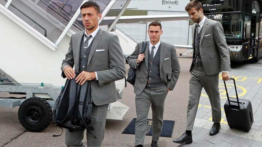 Barcelona'nın, Şampiyonlar Ligi maçlarına giderken giyecekleri takım elbiseleri beğenilmedi