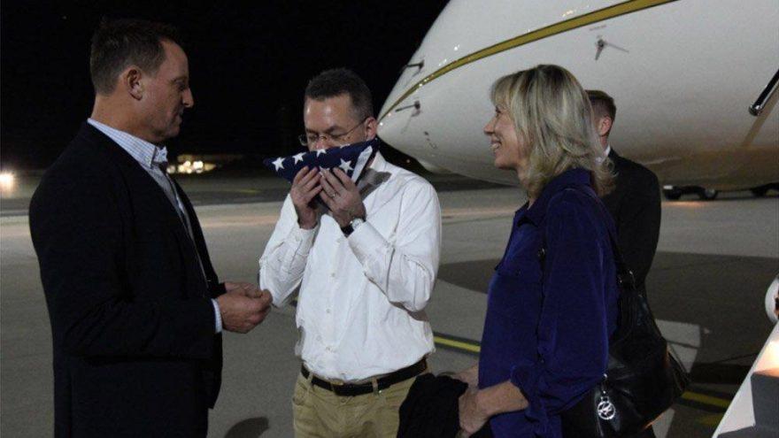 Brunson'dan dikkat çeken kare… Uçaktan iner inmez bayrağı öptü
