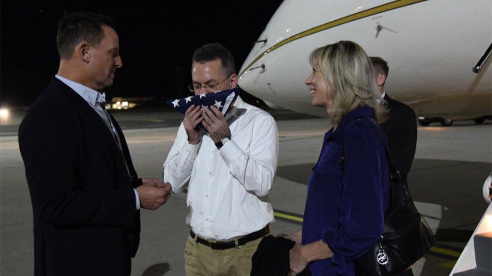 Brunson'dan dikkat çeken kare... Uçaktan iner inmez bayrağı öptü
