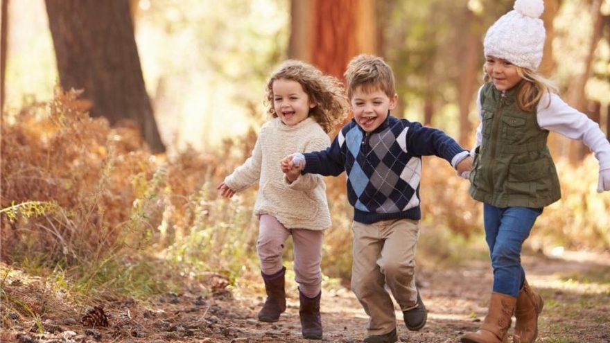 Çocuklarınızı hem soğuktan koruyup hem şık giydirmenin püf noktaları