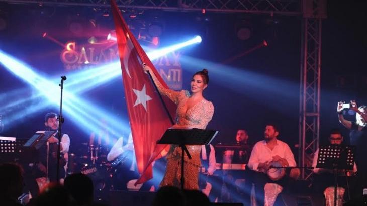 Ebru Yaşar, Cumhuriyet Bayramı'nı sahnede kutladı