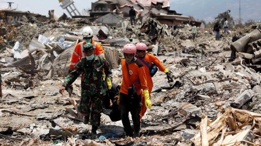 Tsunami sonrasında cesetler kıyıya vuruyor