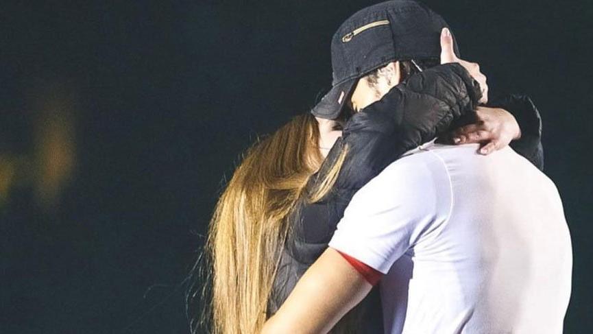Enrique Iglesias, Ukrayna'daki konserinde bir hayranını öpücüklere boğdu