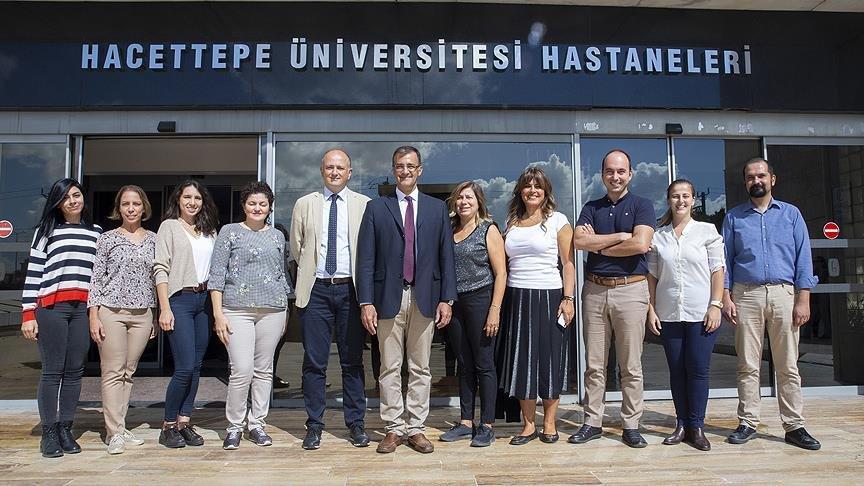 Türk doktorlardan bir ilk: ABD'li çocuk duyma yetisini Türkiye'de kazandı