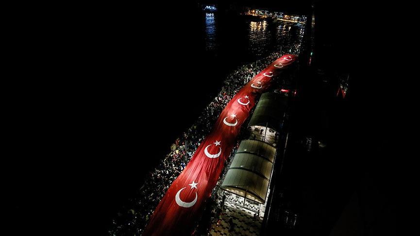 İzmir'de 29 Ekim kutlamasında 350 metrelik dev bayrak açıldı