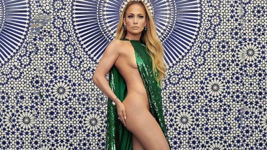 Jennifer Lopez'in zümrüt yeşili elbisesi yürekleri hoplattı