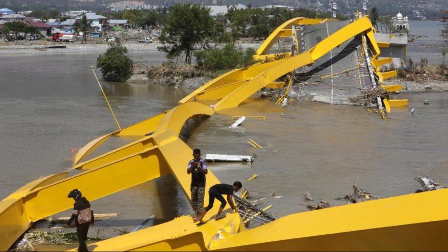 Endonezya'daki dehşeti gözler önüne seren kare: Dev köprü parça pinçik oldu