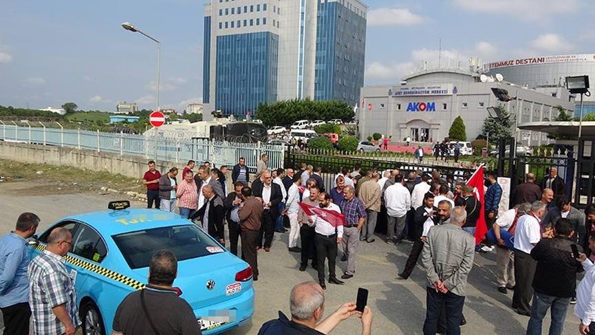 Taksiciler AKOM önünde toplandı!